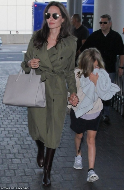 41831edc00000578-4614758-time-for-a-trip-angelina-jolie-and-kids-were-seen-jetting-out-of-a-47-1497768433872-1497799366719